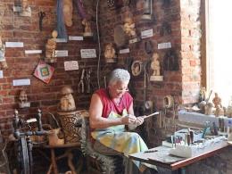 Музей русских суеверий в Янтарном. Мастер за работой